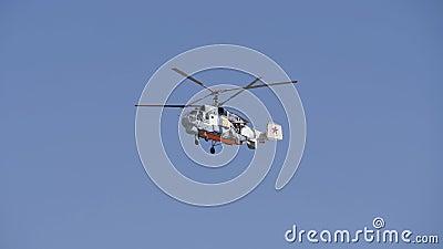 Vol de l'hélicoptère avec deux vis Circulation à travers les appareils aériens pour les vols clips vidéos