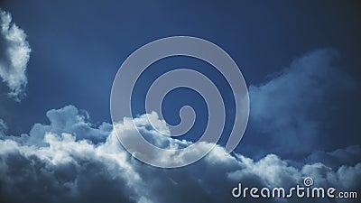 Vol par le laps de temps dramatique de nuages banque de vidéos