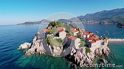 Volando sobre la isla de Sveti Stefan, Montenegro, Balcanes almacen de video