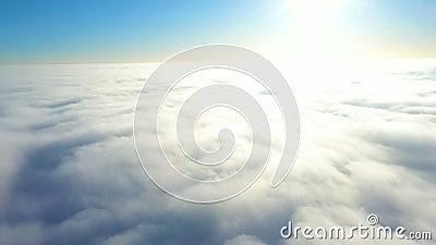 Volando sopra le nuvole video d archivio
