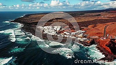 Volant au-dessus de l'EL volcanique Golfo de lac, Lanzarote, Îles Canaries, Espagne banque de vidéos