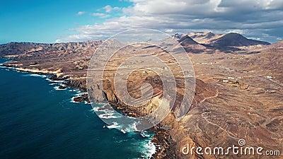 Volant au-dessus des falaises en La épluchée, Fuerteventura, Îles Canaries banque de vidéos