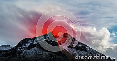 Volcán activo que entra en erupción en Islandia metrajes