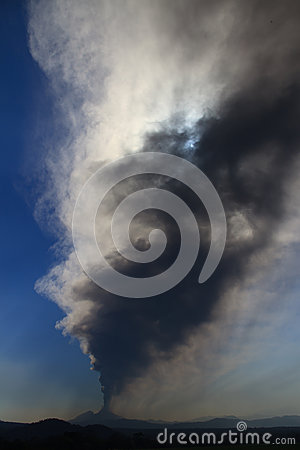 Free Volcano Pacaya Erupting Stock Photo - 96043300
