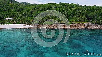 4 000 volent vers une plage exotique de jungle tropicale avec récif corallien et baie bleue sur l'île de Mahé, aux Seychelles clips vidéos