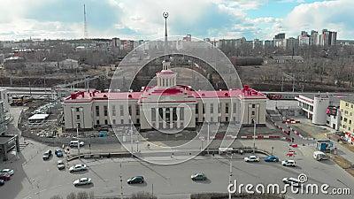 Voler sur un drone au-dessus de la zone près de la gare et l'approcher Le bâtiment de la gare avec une flèche et clips vidéos