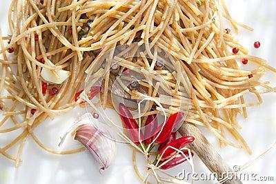 Volkorenspaghettiknoflook en Chili Oil