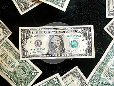Voll vom amerikanischen Geld-Dollar auf Schwarzem