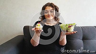 Volledig meisje met appel en cupcake stock footage