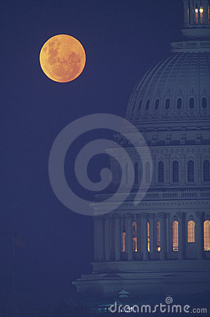 Vollmond über US-Kapitol
