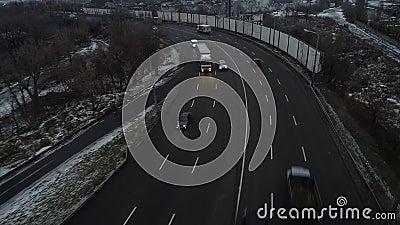 Volo aereo con drone sopra la vista dell'autostrada trafficata video d archivio
