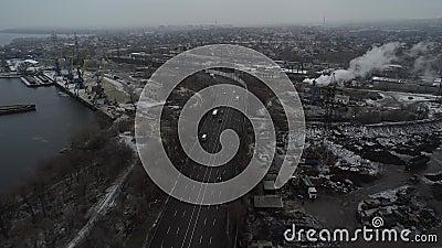 Volo aereo a terra con un drone aereo vista dall'alto della superstrada trafficata in città ora di punta dell'autostrada video d archivio