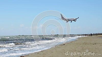 Volo dei velivoli sopra la spiaggia Arrivo dell'aeroplano Incidente aereo dirottato terrorismo stock footage