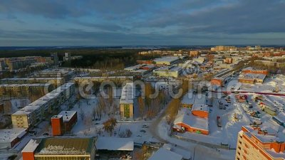 Volo sopra la città di inverno stock footage