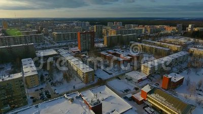 Volo sopra la città di inverno archivi video