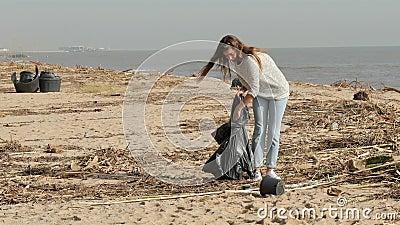 Volontari che puliscono una spiaggia sporca dopo una tempesta video d archivio