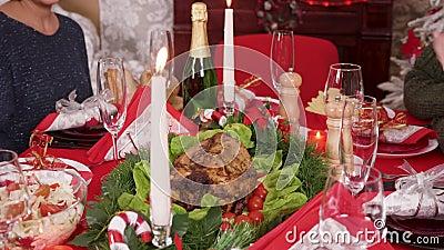 Volwassen vrouw die op de kersttafel zit, heerlijke turkije stock footage