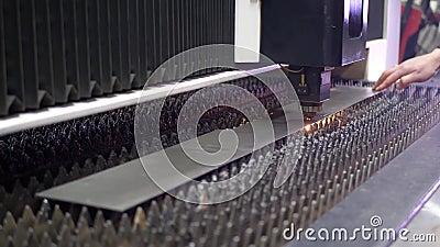 Vonkenvlieg van laser door automatisch knipsel CNC stock video