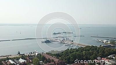 Voo aéreo de alta velocidade sobre o porto médio e o Parque Petrovsk, Kronstadt Rússia, Dolly zoom filme