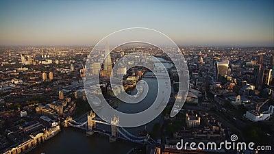 Voo aéreo maravilhoso do zangão sobre a arquitetura moderna da baixa de Londres no rio Tamisa video estoque