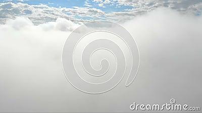 Voo atrav?s das nuvens Céu azul no fundo de um grupo das nuvens Nuvens que voam, imagens de v?deo celestiais moventes do c?u filme