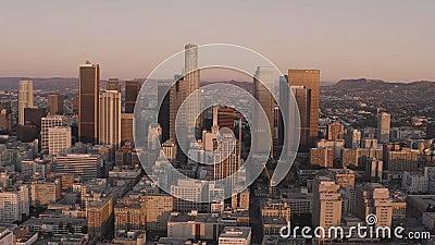 Voo panorâmico lento sobre o centro de Los Angeles na Califórnia ao nascer do sol filme
