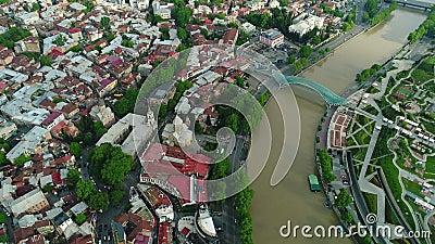 Voo sobre o centro da cidade de Tbilisi Tbilisi é a capital e a cidade a maior de Geórgia video estoque