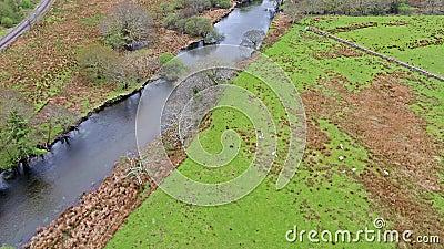 Voo sobre um rio em Gales - Reino Unido - Europa vídeos de arquivo