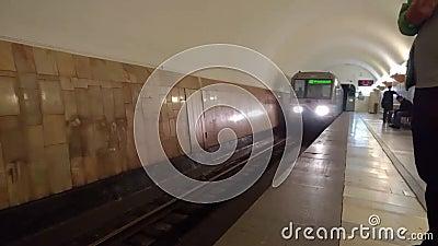Vooraanzicht van aankomst van de trein aan de metro van Moskou post Aviamotornaya stock video