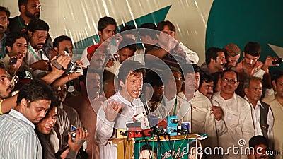 Voorzitter Pakistan die tehreek-e-Insaf Imran Khan aan de menigte richten stock footage