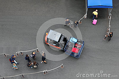 Vor der Landung auf Zwischenlage Männer und Frauen führen Auto Redaktionelles Bild