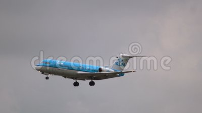 Vor der Landung Fokker 70 von KLM-Fluglinien steigen ab stock footage