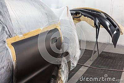 Vorbereiten des Autos und des Autostoßdämpfers für das Malen