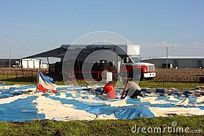 Vorbereiten des Zirkus-Zeltes Redaktionelles Stockbild