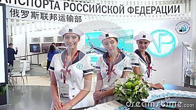 Vorbildliche M?dchen werfen gegen den Hintergrund des Stands des Verkehrsministeriums der Russischen F?deration auf stock footage