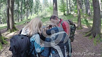 Voyageurs de l'adolescence d'amis regardant la carte prévoyant au trekking par la hausse de forêt et à l'aventure dans le concept banque de vidéos