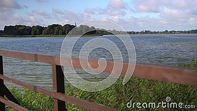 VPO Déplacement de la passerelle de bois reliant deux rives du lac clips vidéos