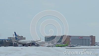 Vq-BMP die van Boeing 737-86N in Tolmachevo-Luchthaven in Novosibirsk, Russische Federatie naderbij komen stock footage