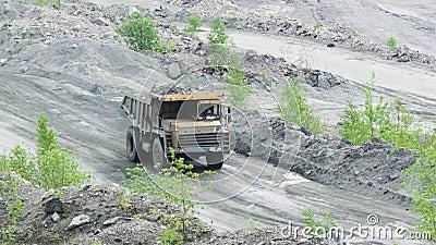 Vrachtwagen in de steengroeve stock video