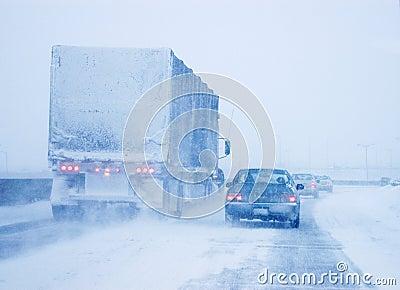 Vrachtwagen en Personenauto in Whiteout DrijfVoorwaarden Redactionele Stock Afbeelding
