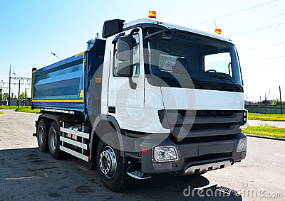 Vrachtwagen met opvlammende lichten