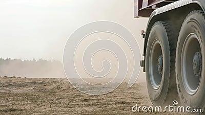 Vrachtwagenritten op de weg van de zandsteengroeve sc?ne Stortplaatsvrachtwagen het drijven bij de gele landweg in platteland Gro stock videobeelden