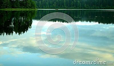 Vreedzame avond door het meer