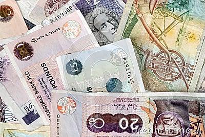 Várias quantidades das notas de banco britânicas 10 20 50 5