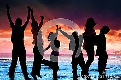 Vrienden die bij het overzees springen