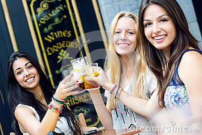 Vrienden die een drank op een terras nemen