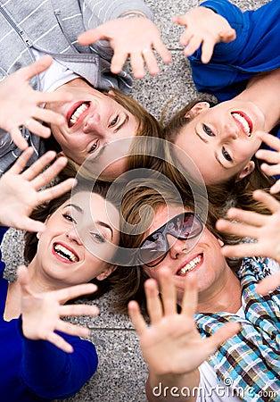 Vrienden die handen golven