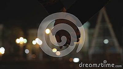 Vrienden met elkaar verbindende handen die strak, bepaling tonen om elkaar te beschermen stock footage