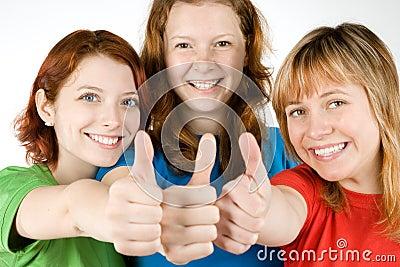 Vrienden met omhoog duimen