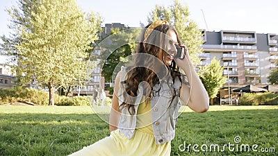 Vrienden ontmoetten elkaar toevallig in het park Meisjes in het park zitten, praten, lachen, blij om elkaar te ontmoeten Langduri stock footage